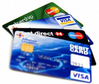 Thẻ tín dụng quốc tế Sacombank có điểm gì khác biệt so với thẻ ghi nợ Sacombank?
